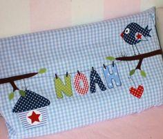 Hier können Sie eine süsse  Kissenhülle mit dem Namen des kleinen Bettbewohners kaufen.  Die Buchstaben hängen an einer Wäscheleine und seitlich da...