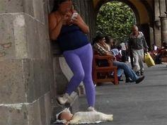 Mujer desatiende a su bebé por chatear en su celular | El Puntero