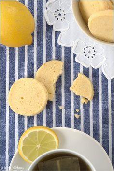 Von mir gibt's heute Zitronenkekse. Unkompliziert, aber zitronig-mürb und lecker.