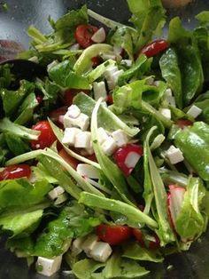 Frischer Salat mit Schafkäse