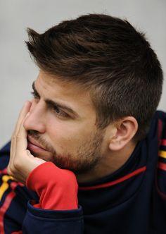 Piqué Soccer Guys, Soccer Players, Football Soccer, Christopher Evans, Soccer Quotes, Shakira, Fc Barcelona, Gq, Athlete