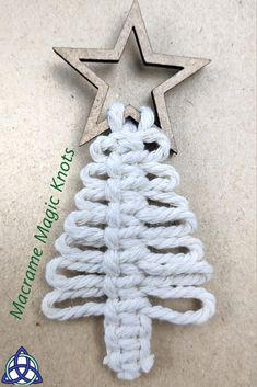 Diy Christmas Decorations Easy, Christmas Crafts For Gifts, Diy Christmas Ornaments, Christmas Projects, Christmas Tree, Yarn Crafts, Diy Crafts, Macrame Owl, Diy Friendship Bracelets Patterns