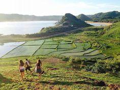 Selamat Malam #SobatJalan   Tau nggak sihh.. Pantai Seger Kuta merupakan salah satu destinasi wisata favorit di Lombok Tengah.   Pantai ini memiliki pemandangan yang unik. Mulai dari pantainya yang berpasir putih halus, air lautnya yang berwarna biru dan jernih serta gugusan bukit yang ada di sekitar pantai, membuat pantai ini tidak sepi pengunjung.  Satu lagi, Buat kamu yang suka snorkeling, wajib mampir ke pantai ini lho!  Photo by : @tamananas  . . #lombok #visitlombok #travelling