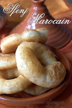 Moroccan donuts are totally different from Algerian sfenj or Kabyle donuts. The Moroccan donut is eaten Moroccan Bread, Morrocan Food, Kosher Recipes, Cooking Recipes, Donuts, Crepes, Algerian Recipes, Desserts With Biscuits, Salty Foods