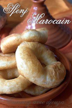 Les beignets marocains sont différents des sfenj algériens ou beignets kabyles. Plus facile à façonner et tout aussi bon. Le beignet marocain se déguste