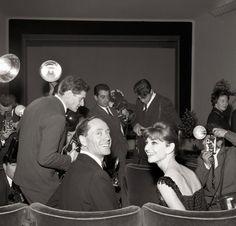 Fotógrafos rodean Ferrer y Hepburn en el estreno de Desayuno con diamantes en el Cinema Fiammetta en 1961.