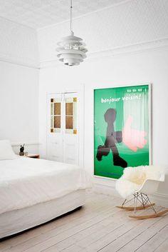Une affiche colorée pour dynamiser cette chambre blanche