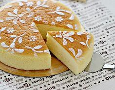 CHEESECAKE S TRI SASTOJKA  Cheesecake vam može i ne mora biti omiljeni desert, ali kad kažemo da imamo genijalan recept za cheesecake s tri sastojka, znamo da ćete ga probati. Radi se o japanskom hitu među desertima koji odlično pristaje nakon jela u ove ljetne dane. Za pripremu ove odlične poslastice trebati će vam [...]