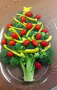 @Cassandra Dowman Guild Lanagan - after seeing your turkey tray this made me think of you. there are a ton of them out there Christmas Tree Veggie Tray