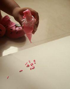 Painting with plastic bags... #GaleriAkal Untuk berbagi ide dan kreasi seru si Kecil lainnya, yuk kunjungi website Galeri Akal di www.galeriakal.com Mam!
