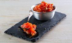 Esta base de tomate é preparada com tomate fresco e maduro, perfeito para adicionar a pizzas e massas.
