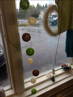 Tässä koko sarja kuivumassa. Paperinarua on ensin liotettu liima-vesiseoksessa (puolet ja puolet) ja kieputettu sitten akryylipallon ympärille. Lopuksi palloon tehdään reikä kuumaliimapistoolilla sulattamalla ja pujotetaan lamppu sisään.