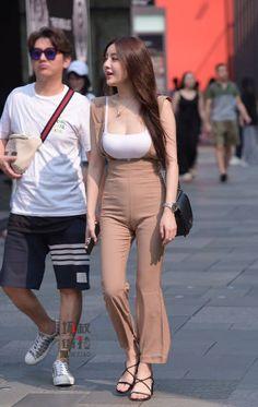 微博 Street Girl, Street Style, Yoga Pants Girls, Beautiful Asian Girls, Tight Dresses, Eye Candy, Capri Pants, Tights, Womens Fashion