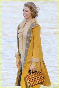 Blake Lively Becomes Burnaby Beach Girl for 'Age of Adaline'!: Photo Blake Lively stands by the water's edge while filming a scene for her upcoming movie The Age of Adaline on Wednesday (April in Burnaby, Canada. Blake Lively Outfits, Blake Lively Family, Fashion Tv, Fashion Beauty, Autumn Fashion, Classic Fashion, Blake Lively Ryan Reynolds, Age Of Adaline, Vintage Outfits