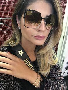 A blogueira @thassianaves está sempre ligada nos últimos lançamentos das melhores grifes do mundo ✨ A fashionista cria tendências ao inspirar com seu estilo ousado, moderno e sofisticado!! O modelo escolhido para a #selfie poderosa foi o novo Fendi Can Eye 259 ❤️ Quem mais amou e usaria?!