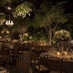 """""""O espaço @contemporaneo8076 se transformou em uma floresta encantada moderna com esta decoração da @marianabassiflores para este casamento. Mais detalhes…"""""""
