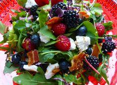 Dieser Wildkräuter Salat ist ein Sommer Highlight! Frische Himbeeren, Brombeeren und Blaubeeren sorgen für ein frisches Aromenspiel, das vom cross gebratenen Speck mit voller Kraft hoch gehoben wird, um dann weich auf Ziegenfrischkäse zu landen. Da muss man nicht mehr viel zu sagen – einfach ausprobieren!