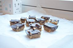 Snickers uten sukker, gluten og melk Gluten, Candy, Chocolate, Food, Essen, Chocolates, Meals, Sweets, Candy Bars