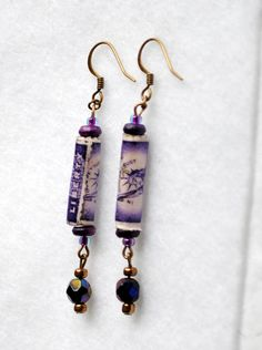 Vintage recycled postage stamp earrings -so clever! Paper Jewelry, Jewelry Crafts, Jewelry Art, Beaded Jewelry, Make Paper Beads, Postage Stamp Collection, Postage Stamp Art, Recycled Jewelry, Handmade Beads