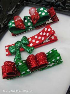 Puedes usar broches para esta Navidad. A continuación te muestro una galería de moños, lazos, cintas y diademas para Navidad; y así puedas inspirarte a hacer una de estas en casa:  ¿Por qué no lo intentas? Consigue los materiales en tu tienda de tela o mercería más cercana, como Parisina, Junco, Bayon, Fantasías Miguel, y otras.
