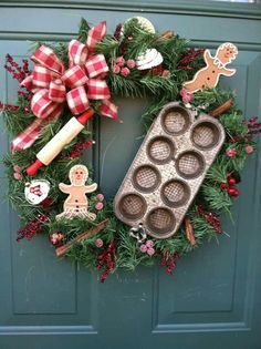 Cute Christmas kitchen wreath with cookie cutters? Use the homemade cookie sign. Christmas Gingerbread, Noel Christmas, Rustic Christmas, Winter Christmas, Christmas Ornaments, Gingerbread Men, Christmas Baking, Outdoor Christmas, Christmas Tattoo