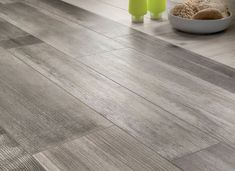 carrelage imitation parquet en bois gris pour le sol de la cuisine moderne
