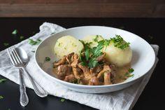 ...Aber eine Pilzsoße aus Pfifferlingen überbietet einfach alles. Und Kartoffelknödel mit Rahm-Pfifferlingen? Einfach zum reinlegen!