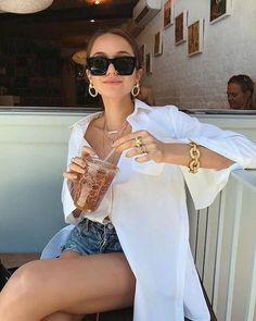 Jean and an oversized white shirt: Loving this look! For some chunky or fine silver or gold jewellery check out tillysveaas.co.uk Summer Holiday Outfits, Cute Spring Outfits, Spring Summer Fashion, Summer Ootd, Outfit Summer, Spring Ootd, Holiday Beach, Beach Outfits, Holiday Style