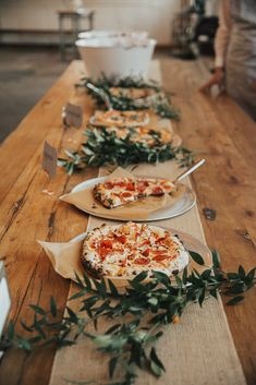 October wedding photos by Talia Jensen. Pizza by Fiore Wood Fired Pizza truck October wedding photos by Talia Jensen. Pizza by Fiore Wood Fired Pizza truck Pizza Wedding, Wedding Food Bars, Wedding Food Tables, Pie Wedding Cake, Unique Wedding Food, Buffet Wedding, Wedding Snacks, Wedding Food Stations, Wedding Donuts