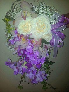 Bouquet cascada en tonos magenta y blanco elaborado por #FioriBellacolombia