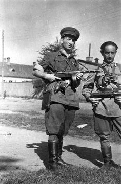 Фото: Два советских партизана на улице Вильнюса
