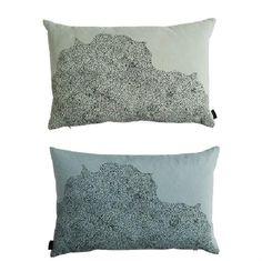 Smuk sofa og pynte pude fra Oyoy. Puden har 2 farver, så det er let at forny sin sofa eller seng, puden vendes blot. Farverne er rosa og karry med Dream Dots grafisk mønster. Det er så  smukt og enkelt i de flotte pastel farver.  Bag Oyoy står Lotte Fynboes - dansk designer.  Farve: grøn og blå sort print Mål:40 x 60 cm Materiale: 100% økologisk bomuld, Pude inkl. fyld af fjer og dun  Vi forhandler alle produkter fra Oyoy, så skriv endelig, hvis der er noget du savner.