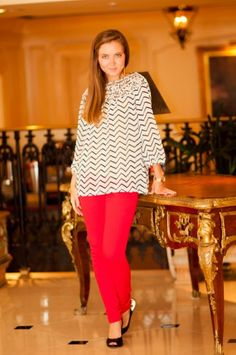 Black and white chevron top, red skinny jeans, and black pumps, adorable outfit! - Studio 3:19