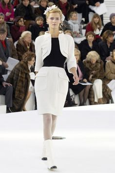 Chanel Spring 2006 Couture Fashion Show - Carmen Kass (SILENT)