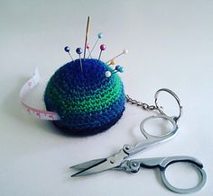 This handy little gadget is ideal for people who craft on the move … or those of us who have difficulty keeping scissors, needles, tape measure and pins in one place. It requires very little yarn and is a lot of fun to make.