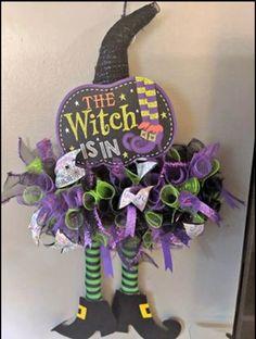 Halloween Mesh Wreaths, Halloween Door Decorations, Deco Mesh Wreaths, Holiday Wreaths, Burlap Halloween, Halloween Hats, Halloween Office, Halloween Projects, Wreath Crafts