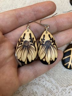 Wood Burning Tips, Wood Burning Crafts, Wood Burning Patterns, Pyrography Designs, Pyrography Patterns, Pyrography Ideas, Wooden Earrings, Wooden Jewelry, Handmade Jewelry