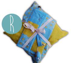 Ref.: CJ_BB_03 Conjunto em Patchwork Convencional – Pendura chuchas, bolsa para os primeiros documentos, almofada e ovo com guiso em patchwork embutido.