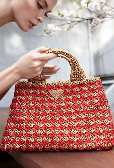 crochet kingdom (E.H): beautiful crochet raffia bag ! Straw Handbags, Prada Handbags, Purses And Handbags, Prada Bag, Chloe Handbags, Luxury Handbags, Crochet Handbags, Crochet Purses, Crochet Bags