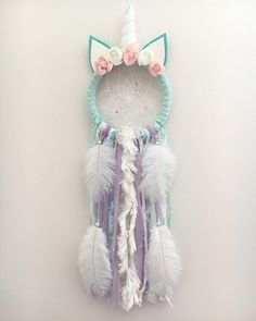 Calling all Unicorns lovers! Unicorns are the thing right now and the beautiful Olivia Unicorn Dream Catcher would be the perfect addition to any little girls space! These catchers are hand crafted Dream Catcher Craft, Dream Catchers, Dream Catcher Mobile, Diy Tumblr, Unicorn Crafts, Pink Feathers, Diy Holz, Unicorn Party, Hand Weaving