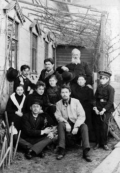 Anton Tchekhov (en veste claire) avec ses proches, dans la cour de sa maison de la rue de Sadovo-Kudrinskaya, à Moscou, au printemps 1890