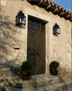Fiquei fascinada pela reforma desta antiga escola no campo, em Burgos, na Espanha. O projeto foi conduzido por Mikel Larrinaga , que recuper...