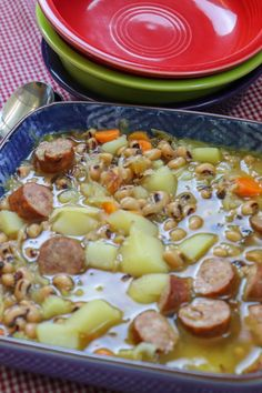 Black-Eyed Pea Soup with Sausage is a delicious meal for the entire family. This vegetable soup with sausage and sauerkraut is filled with a variety of flavors that will burst in your mouth. Everyone will love this filling and hearty pea soup recipe. Irish Potato Soup, Cheesy Potato Soup, Cheesy Potatoes, Pea Recipes, Soup Recipes, Cooking Recipes, Chowder Recipes, Dishes Recipes