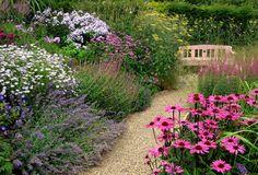 schöne gartenideen fürs bauerngarten anlegen mit fantastischen gartenblumen und gartenbank