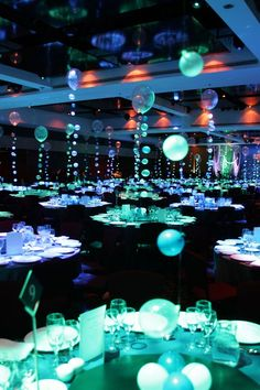 Décoration bal de promo américain - idées et conseils pour le réussir ! Underwater Wedding, Underwater Theme Party, Homecoming Themes, Aquarium Wedding, Dance Themes, Prom Decor, Prom 2014, Under The Sea Party, Under The Sea Theme