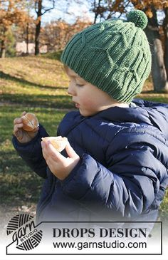 Gorro de punto para niños con torsadas y pompón en DROPS Merino Extra Fine. Talla: 2 – 9 años Patrón gratuito de DROPS Design.