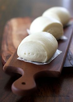 love the presentation of the steamed buns- such a simple bread but makes it enticing to eat :)