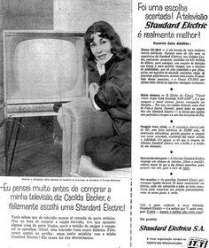 """Cacilda Becker (1921-1969) ao lado do televisor Standard Electric: """"Vocês sabem que de televisão mesmo só entendo da parte artística. Mas, na hora de comprar a minha televisão, tive de aprender alguma coisa da parte técnica, ouvir a opinião de amigos e comparar os aparelhos. Afinal, uma televisão custa muito dinheiro"""" 13 de julho de 1958.  http://blogs.estadao.com.br/reclames-do-estadao/2010/06/14/cacilda-becker-com-sua-tv-nova/"""