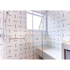 Lurca Azulejos | Banheiro revestido de azulejos Traço no projeto da @dudasennahomedecor | Traço - Ceramic Tiles  // Shop Online www.lurca.com.br/ #azulejos #azulejosdecorados #revestimento #arquitetura #reforma #decoração #interiores #decor #casa #sala #design #cerâmica #tiles #ceramictiles #architecture #interiors #homestyle #livingroom #wall #homedecor #lurca #lurcaazulejos