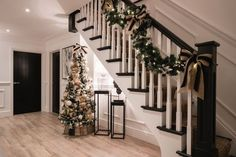 Jute Big Panama Pancake is great as a natural fibre rug or runner. Seen here in the beautiful home of Lydia & Ali, installed by ArighiBianchi. Christmas Hallway, Christmas Home, Christmas Lights, Christmas Ideas, Outdoor Christmas Decorations, Holiday Decor, Luxury Christmas Decor, Decorating Stairway Walls, Decorating Your Home
